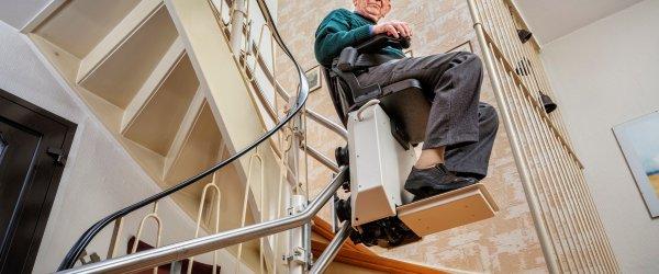 personne agee monte escalier